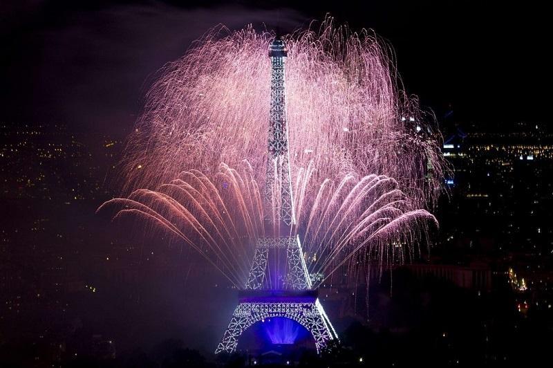 efeleva bashnya v Parizhe 0 День взятия Бастилии у Эйфелевой башни